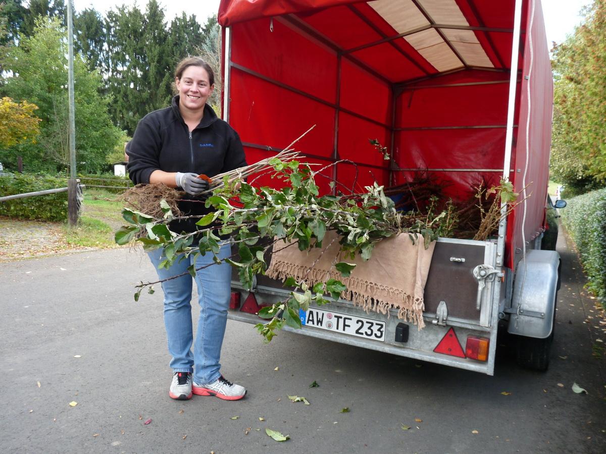 Christine Hiersekorn aus Nürburg freut sich über ihre neuen Pflanzen
