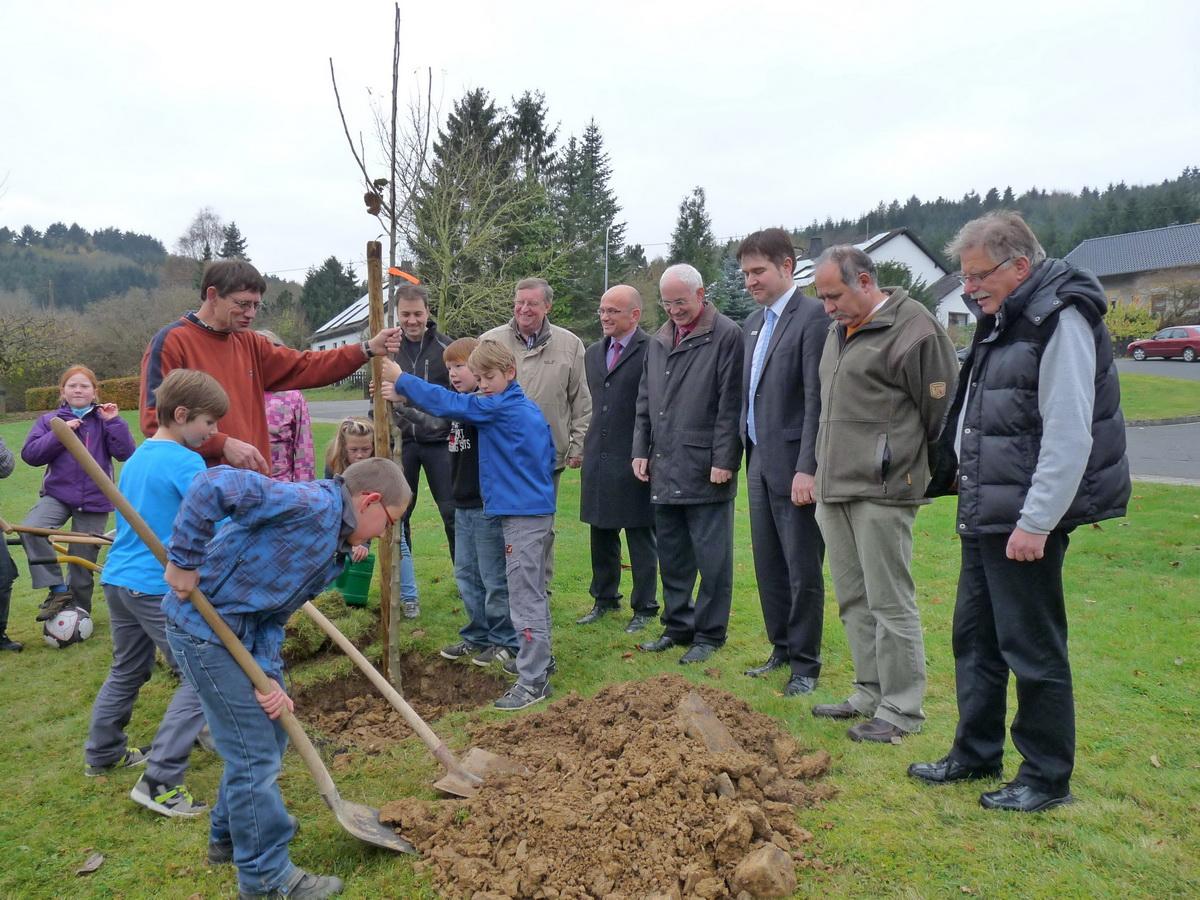 Die Grundschule Antweiler pflanzt mit BM Peter Richrath, die Förderer schauen zufrieden zu